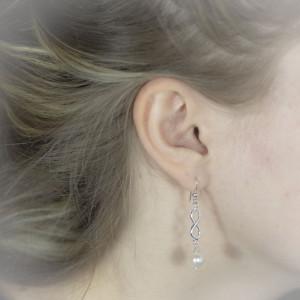 Stříbrné náušnice s perlou visací Savour se symbolem nekonečno