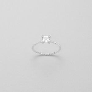 Kroucený, stříbrný prstýnek se čtvercovým zirkonem