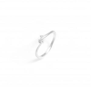 Stříbrný prstýnek se zirkony elegance