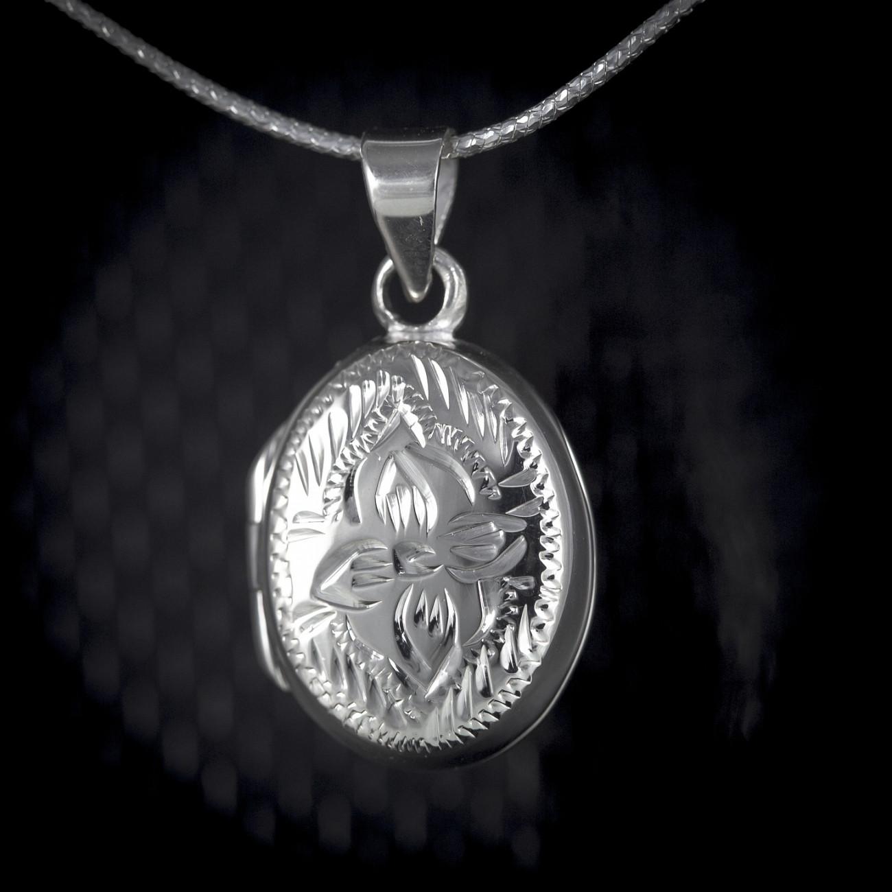 Stříbrný medailonek na krk Savour - ovál s kometou