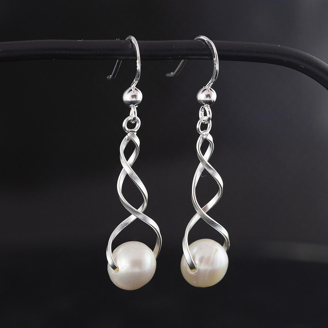 Stříbrné náušnice s perlou - visací spirála s pravou bílou perlou