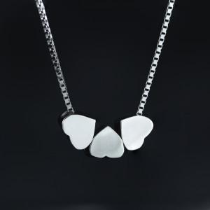 Stříbrný náhrdelník srdce se třemi srdíčky Savour