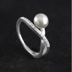 Stříbrný prsten s perlou a třpytivými zirkony