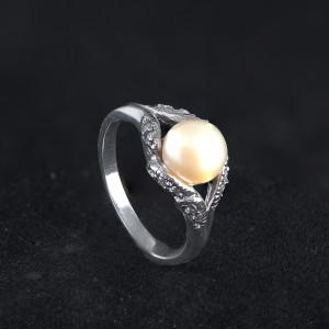 Stříbrný prstýnek s perlou v barve peach