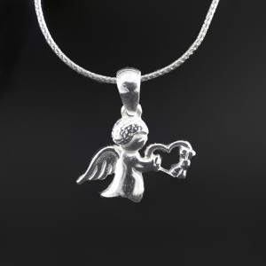 Přívěsek anděl stříbro nesoucí srdíčko