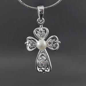 Stříbrný přívěsek křížek se srdíčky a pravou perlou